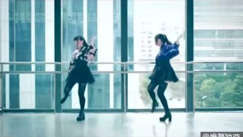 两位美女大学生教学楼里跳《极乐净土》黑丝长腿,这舞看着就是美!