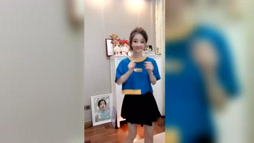 冯提莫表演网红歌曲《囧架架》跳舞太可爱了!