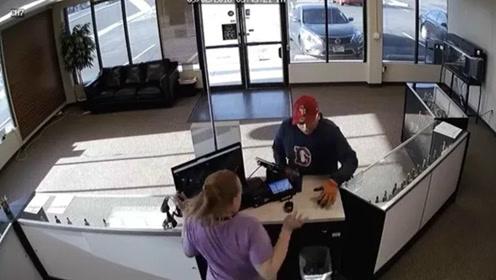 笨贼差点被女店员开枪打死 店主:建议他换个新职业