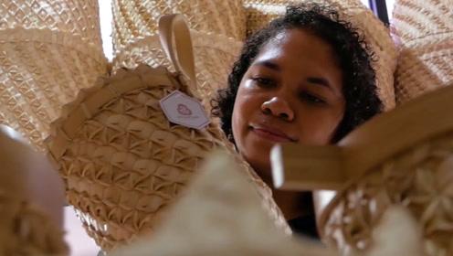日本留学后,她回到村庄教孕妇编制袋子