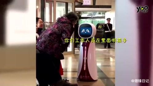一段大妈一本正经地与银行服务机器人理论的视频在网上热传