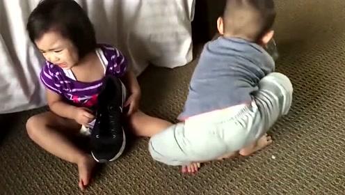 两萌娃抢鞋子僵持不下,本以为哥哥放弃,却是声东击西!太机智了