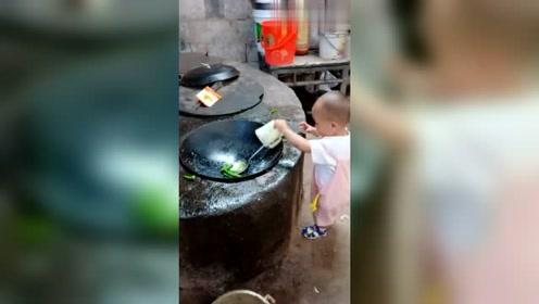 这宝宝怎么这么优秀呢,不仅会炒菜,还知道放调料!
