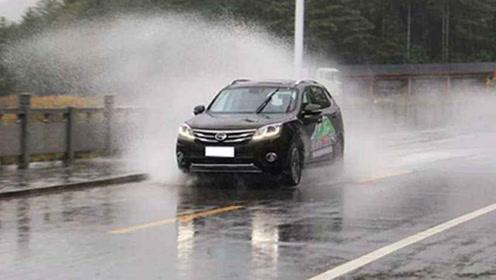 下雨天开车应该注意些什么?老司机教你怎么正确操作,不伤车