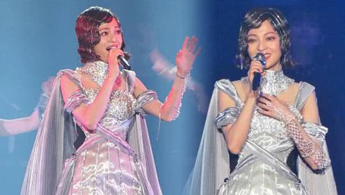 张韶涵演唱会身穿银色材质的超短裙 网友:这丝袜也太精致了!