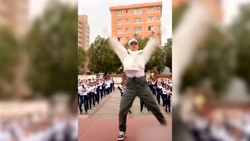 90后班主任领舞课间操,跳《卡路里》太有戏了吧