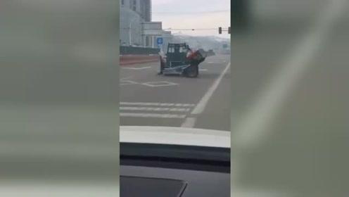 拖拉机突然失控原地转圈