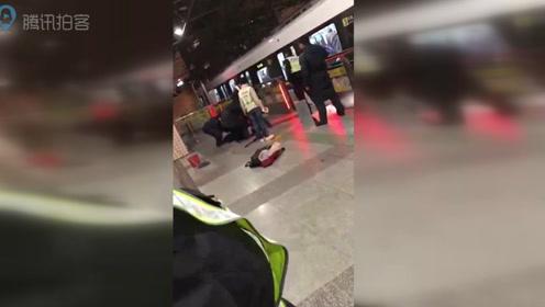 上海地铁三号线一女子卡电动栏杆与车门间当场身亡