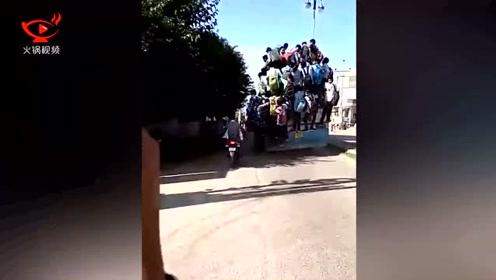 印度几十名学生为赶到学校考试 冒生命危险一同挂在车上