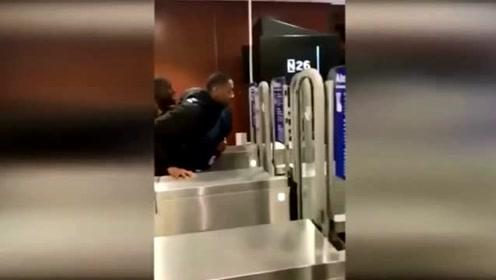 """西班牙地铁惊现高难度逃票 1张票25人开""""火车""""逃票进站"""