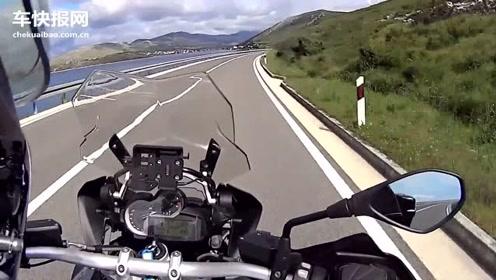 骑摩托车到外边转转,没想到半路上下起了大暴雨