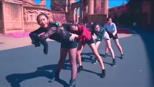 美女在景点翻跳BLACKPINK舞蹈,街头引来路人惊叹