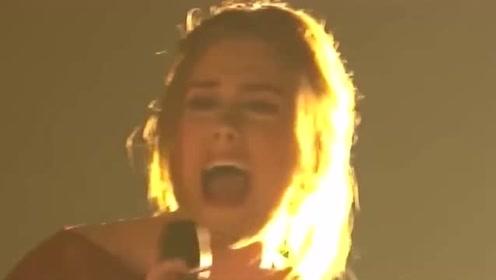 格莱美音乐节上表情最揪心的一位歌手,看哭了!