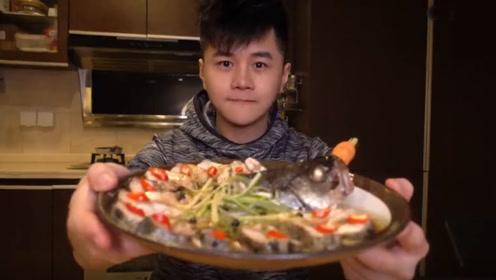 高档大菜孔雀鱼2分钟学会 看这位帅哥吃得多香