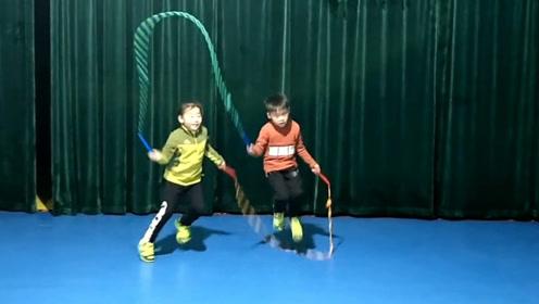 双胞胎和龙凤胎PK双人跳绳!将双人跳绳跳得如此随意潇洒太厉害了