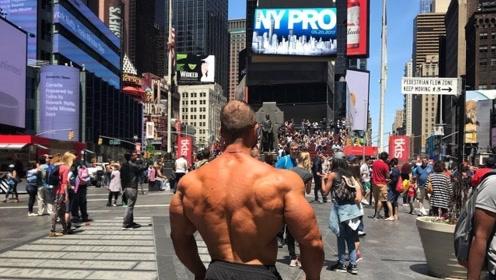 肌肉型男在街头锻炼 赚取100%的回头率!
