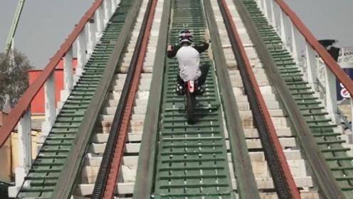 国外小伙在过山车上飙车,还有360度旋转!这场面太刺激了!