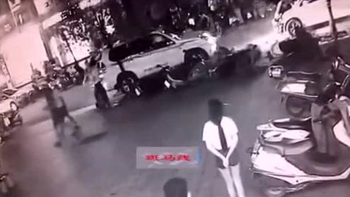 越野车突然冲向美食街停放的车辆