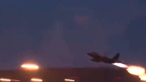 空军基地:战斗机喷气发动机的强大尾焰,真是罕见
