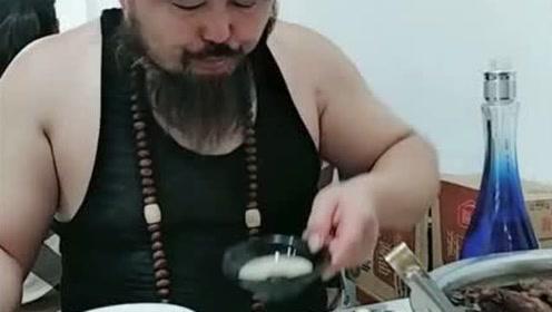 山东大哥喝点好酒,把子肉和大蒜准备好了,看他吃饭胃口都变好了