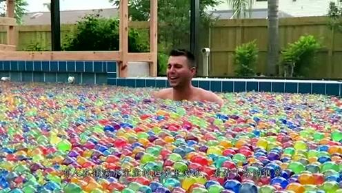 把100万个水宝宝倒进泳池会怎样?10分钟后,场面一度失控