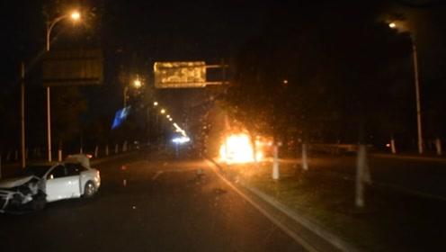 """""""先救人要紧,车坏了无所谓"""" 出租车被撞后起火 受伤司机救出乘客"""