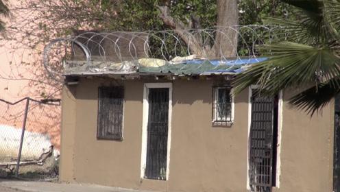 美国边境铁丝网质量太好 被墨西哥居民拆走拿回家