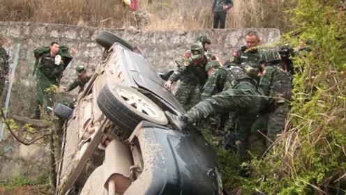 云南武警拉练途中遇侧翻车辆,风雨中救出3人