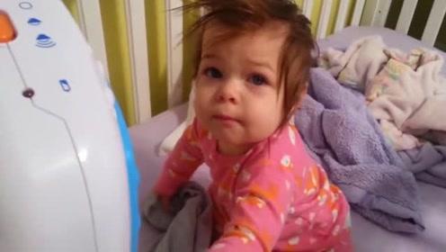 妈妈早晨去叫小宝宝起床,宝宝看到狗狗后的反应萌化了