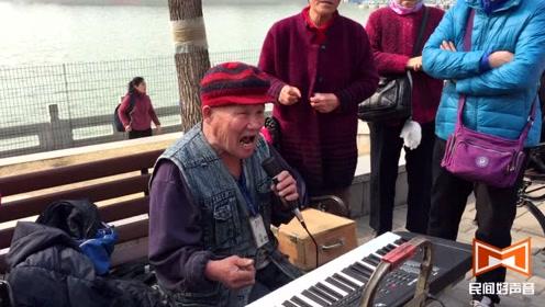 好声音!80岁老人公园弹唱陕北民歌《山丹丹花开红艳艳》太有才了