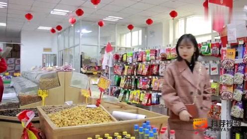 美女超市买瓜子,没想被售货员套路,整个过程太有趣了