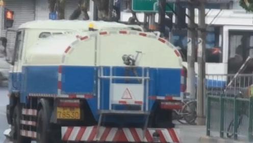 现在越来越多人不喜欢城市洒水车,认为这是公害,到底什么原因?