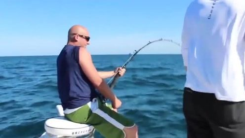 大爷钓到一条大鱼,感觉鱼肚子不对劲,剖开后大爷不淡定了
