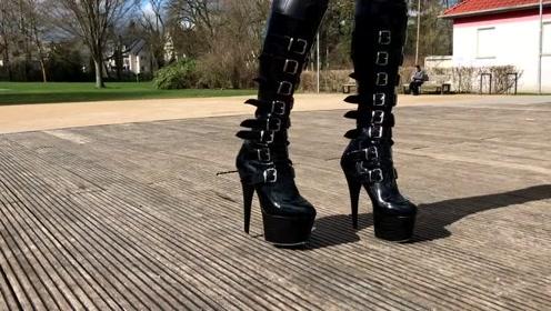 美女穿奇葩高跟鞋,上下似带刺如同武器