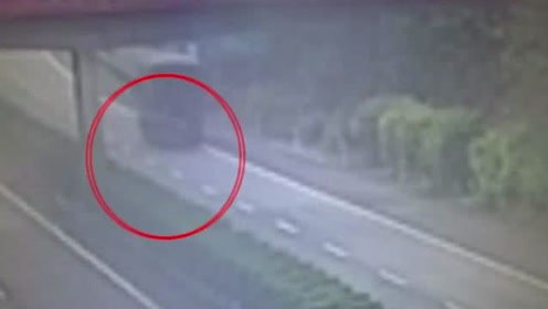 险象环生!10岁男童横穿高速公路,被暖心司机抱入后备箱