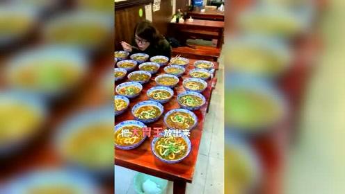 每天限量的30碗鱼面被大胃王浪老师一小时就吃完了!还说没吃饱?