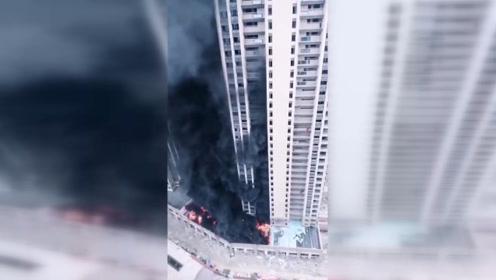 突发!杭州下沙奥莱附近新小区着火 整栋楼被黑烟笼罩