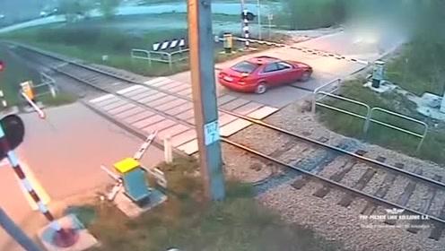 小轿车竟不停地在火车轨道上来回移动,真是不作死就不会死!