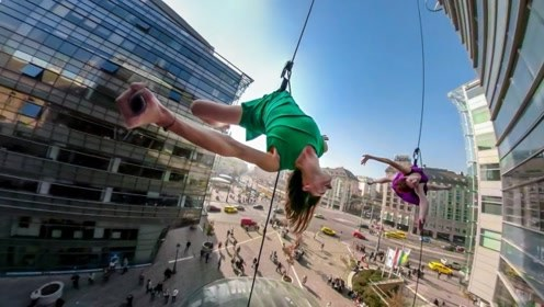 绑在绳子上的舞蹈精灵,吊在半空踩着玻璃外墙炫特技
