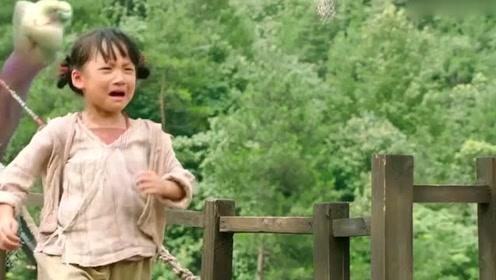 """女娃被""""水怪""""所擒,村民合力营救,太感动了!"""