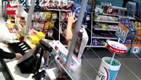 蠢哭!男子用袋子蒙头持刀打劫商店,下一秒竟取下来装现金