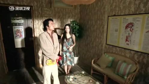 小伙拿着美女的内衣一进门,就看上了美女家的茶几
