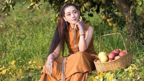 60岁杨丽萍田间摘果子 嫩回十八岁指甲身材都成焦点
