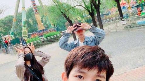 王源5千元鞋被杨超越踩脏,谁注意他说了4字?教养装不出来的!