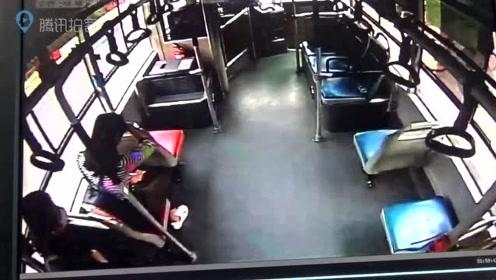 变态男公交座椅缝里手摸女孩被发现,跳窗逃跑时被司机拼命抱住!