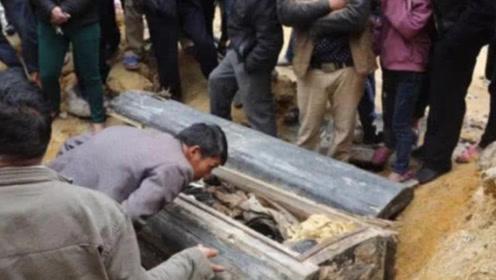 村民修路时挖出棺材!里面女尸动作怪异,双腿间还有黑色不明物