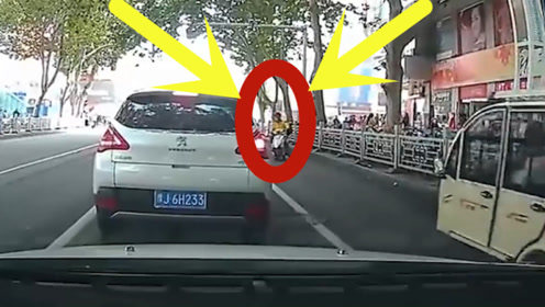 作死男子强穿马路,不料一辆小车突然冲出,顿时惨绝人寰!