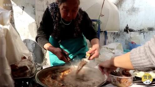 广州霸气牛杂摊7天开一次,顾客搬板凳来等!排队3小时才能吃上