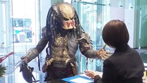 日本男子穿外星人衣服吓唬前台小姐,却没想到前台小姐才是王者!