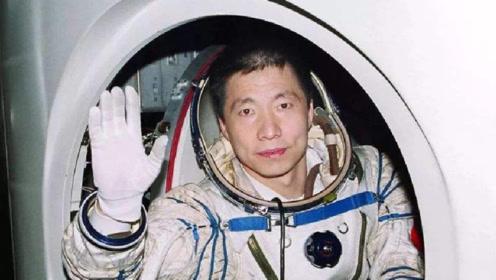 曾经的航天英雄杨利伟为什么现在没有消息了,如今他过得怎么样?